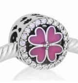 Trebol con piedras y esmalte rosa.